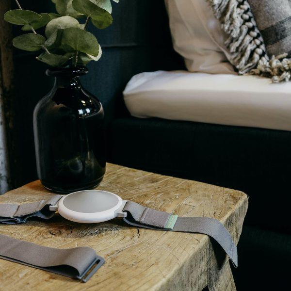 Snore-Breaker anti-snurk band naast bed